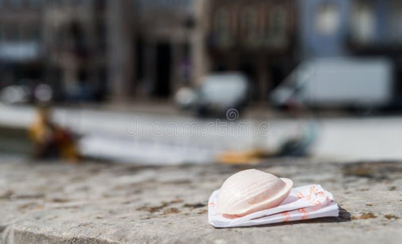 Portugiesische Zartheit nannte Ovos-Molen gemacht von den Eigelben und vom Zucker auf dem Wasserkanalhintergrund in Aveiro-Stadt lizenzfreie stockbilder