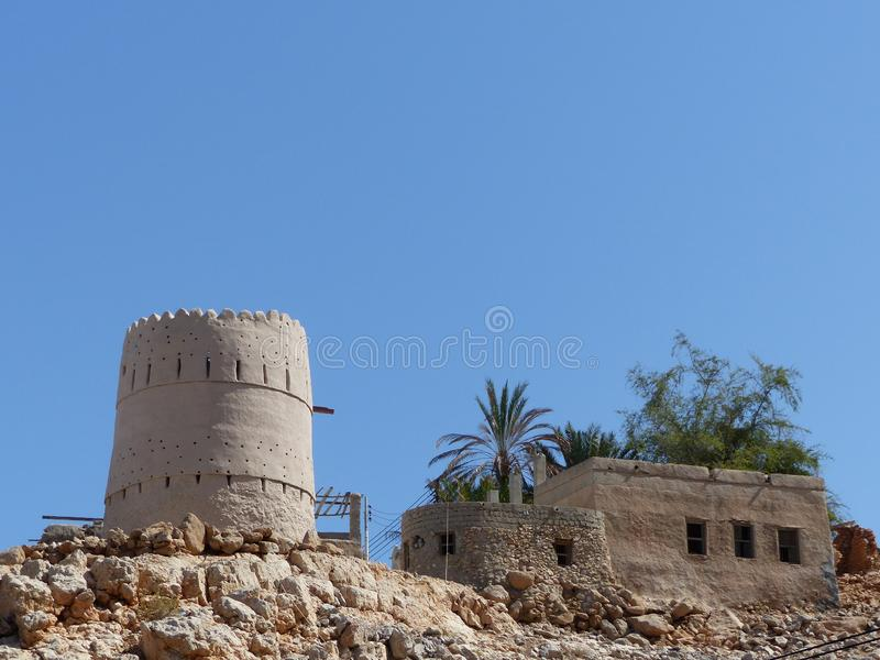 Portugiesischer Wachturm bei Wadi Shab, Oman stockbilder