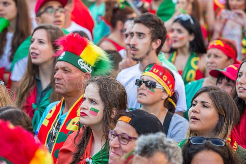 Portugis fläktar under den videopd översättningen av fotbollsmatchen Portugal - den Frankrike finalen av den europeiska mästerska arkivfoton