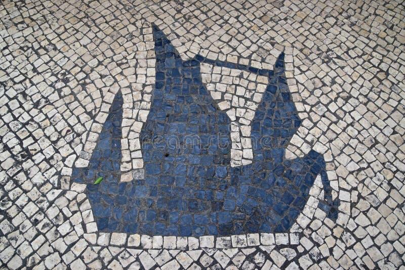 PortugisCalcada för traditionell stil trottoar för fot- område i Macao, Kina royaltyfri bild