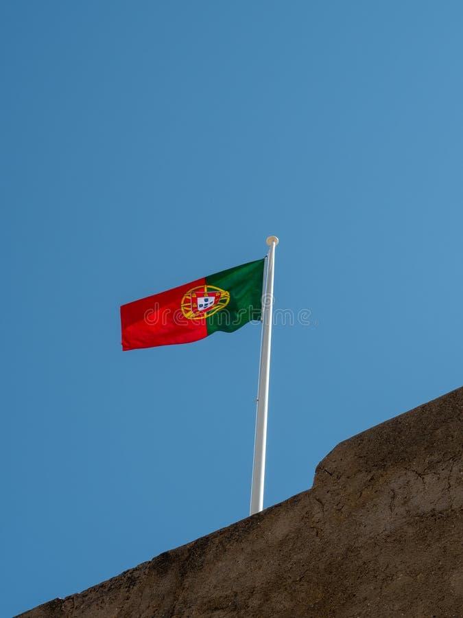 Portugisisk flagga på Castro Marim Castle arkivbilder