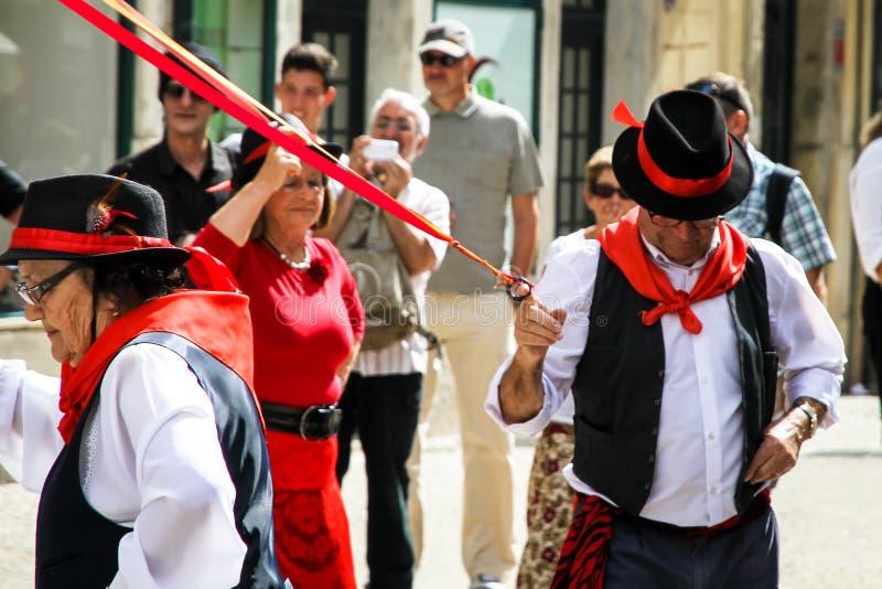 Portugisisk traditionell folkdans`-Danca das Fitas ` i gatorna av Lissabonet royaltyfri bild