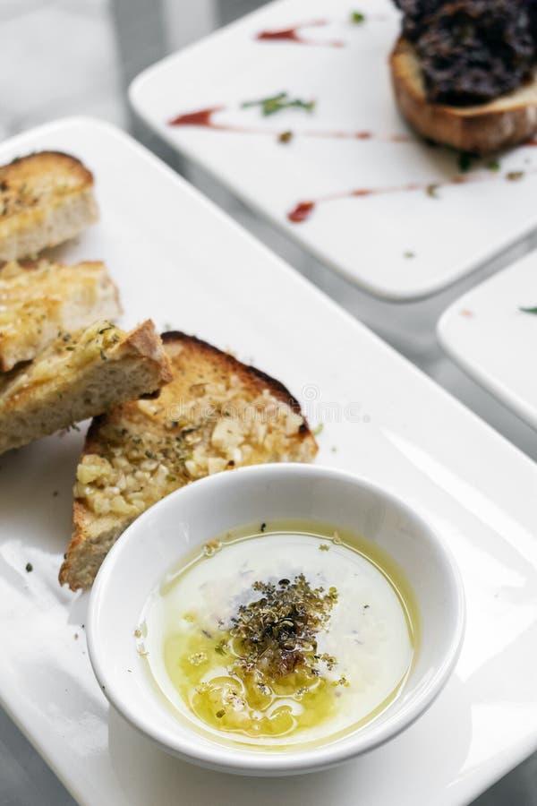 Portugisisk traditionell mat för mellanmål för tapas för tibornavitlök- och örtrostat bröd royaltyfri foto