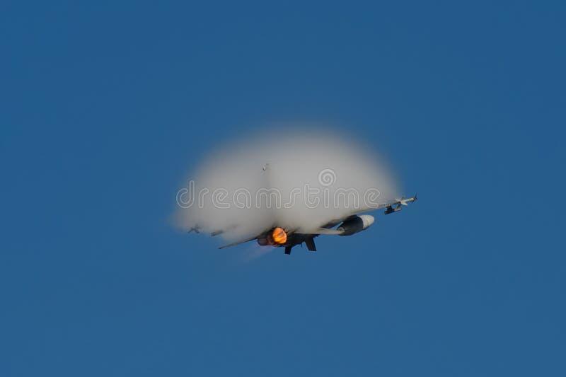 Portugisiskt moln för dunst för ljud- bang för flygvapen F-16 royaltyfria bilder