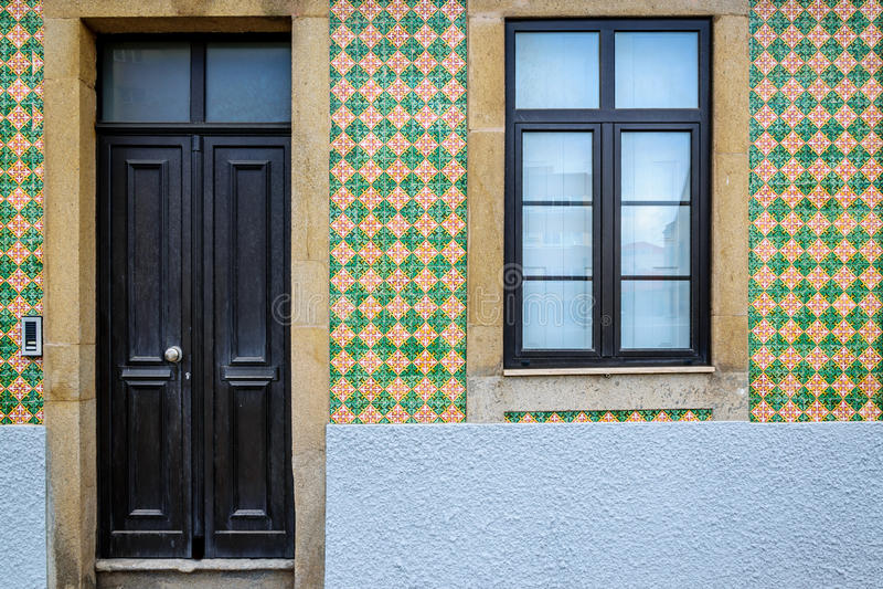 Portugisiskt tegelplattahus - azulejo arkivbild