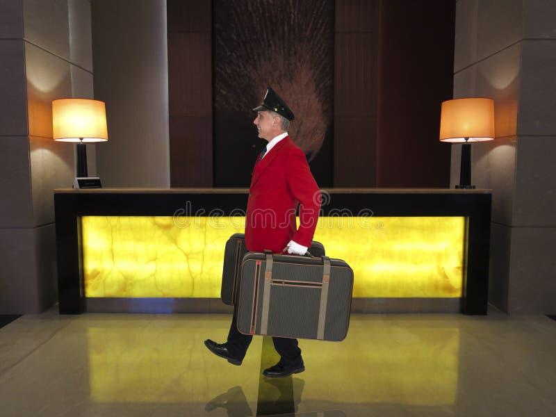 Portvakt bagageförlagehanterare, hotellkontorist, arbetare för lyxig semesterort royaltyfria bilder