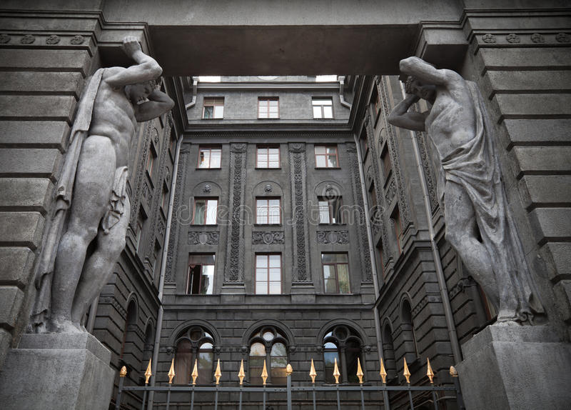 Portyk z Atlant statuami. St. Petersburg, Rosja zdjęcia stock