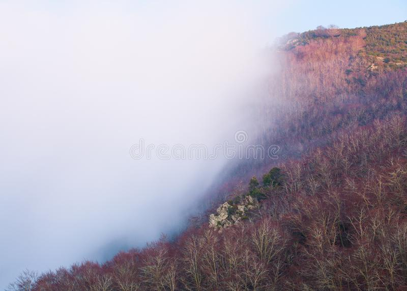 Poruszające niskie chmury dogania wzgórze obraz stock