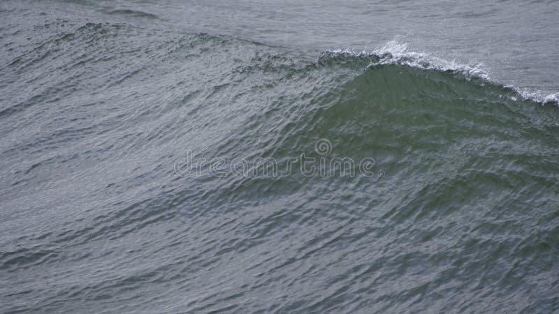 Poruszające wodne tekstury jak fale dosięgają brzeg fotografia royalty free