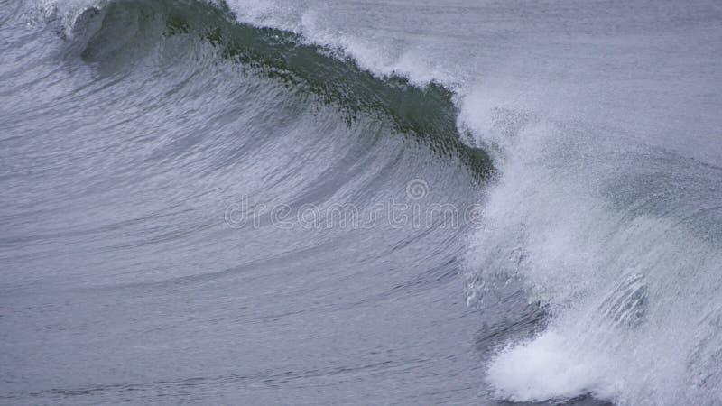 Poruszające wodne tekstury jak fale dosięgają brzeg obrazy stock