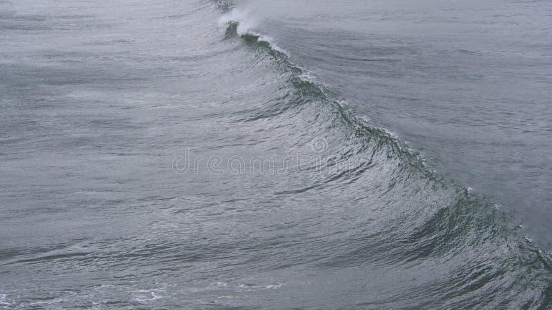 Poruszające wodne tekstury jak fale dosięgają brzeg obraz royalty free