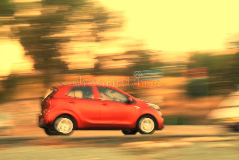 Poruszający czerwony samochód na drodze obraz royalty free