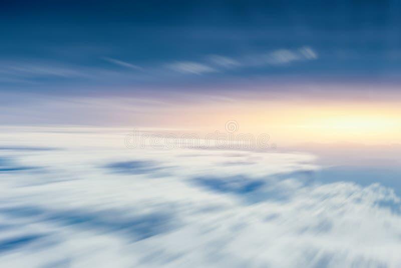 Poruszający obłoczny niebo widok od samolotu dla iść przyszłości obraz royalty free