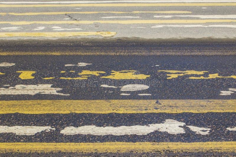 Poruszający pojazdy w zamazanej formie i ludziach na wymazującym crosswalk, obraz stock