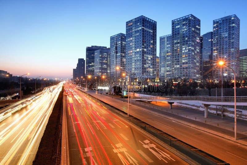 Poruszający samochód z plamy światłem przez miasta fotografia stock