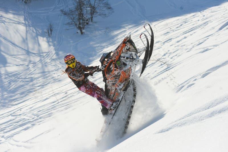 Poruszający snowmobile w zima lesie w górach zdjęcie stock