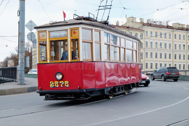 Poruszający wokoło miasto retro tramwaju obraz royalty free