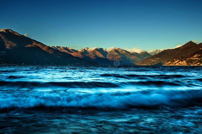 Poruszony jezioro w słonecznym dniu obraz stock