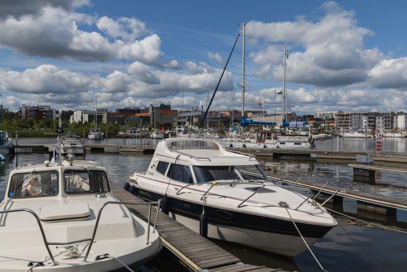 Porvoo, Finnland - 14. Juli 2019 - Ansicht der Yachten auf dem Damm des Porvoonjoki-Flusses lizenzfreie stockfotos