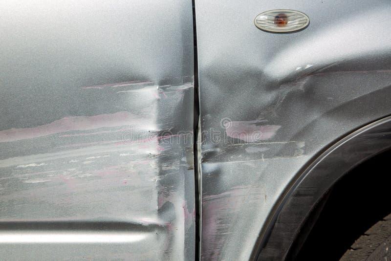 Porysowany samochodowy drzwi i fender po wypadku fotografia stock
