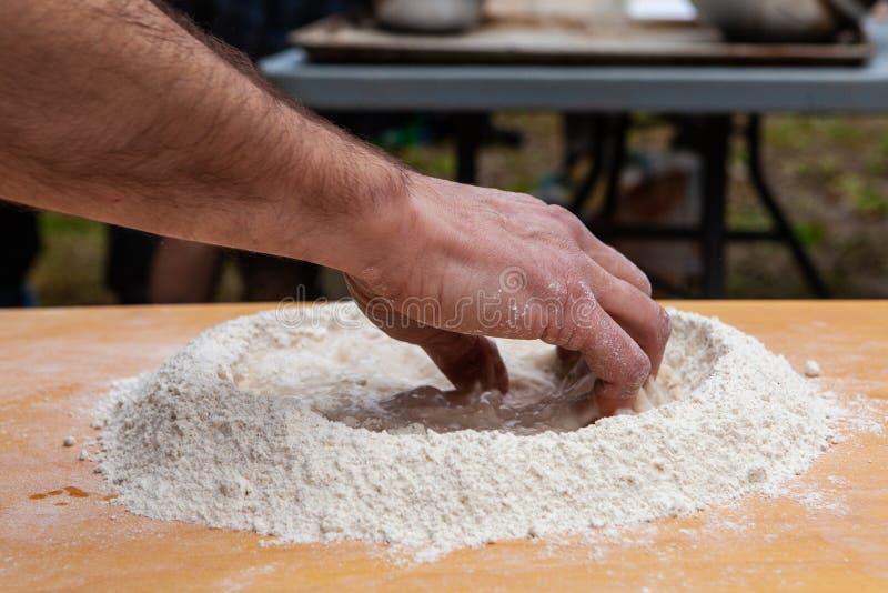 Porywająca mąka wpólnie i woda jako pierwszy krok robić chlebowi obrazy royalty free