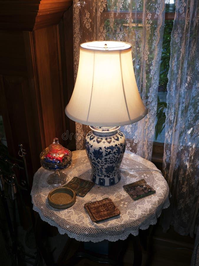 Porzellan-Lampe auf runder Tabelle stockfotografie