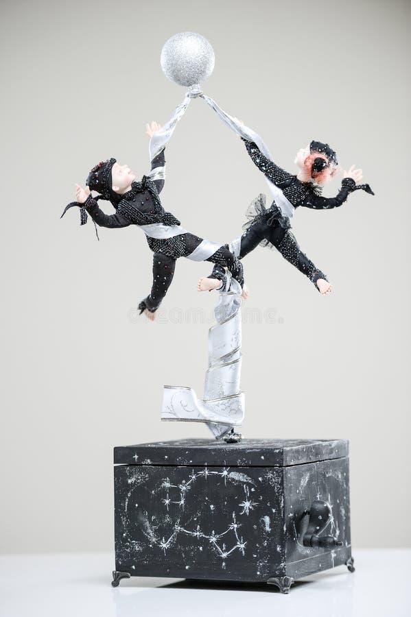 Porzellanerdepaarakrobatkostüm-Tanzpuppe stockbild