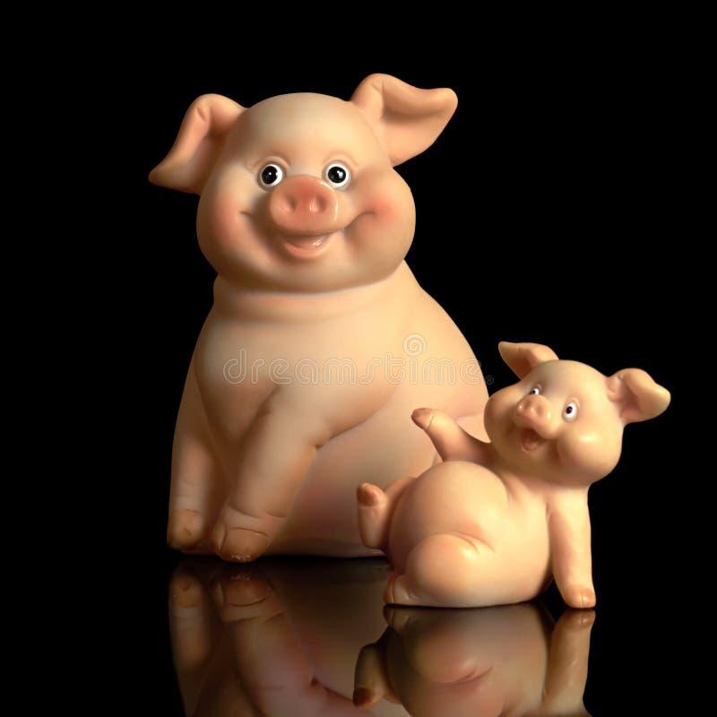 Porzellanschwein lokalisiert auf schwarzem Hintergrund stockfotos