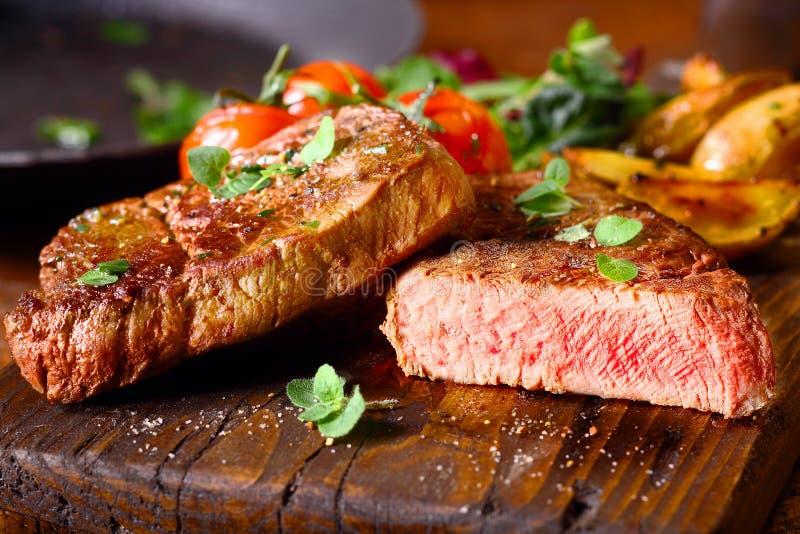 Porzione deliziosa di bistecca di manzo rara media fotografia stock