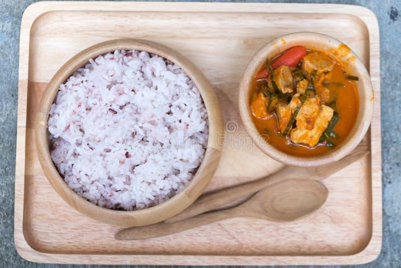 Porzione di curry tailandese del panang con riso rosso immagine stock libera da diritti