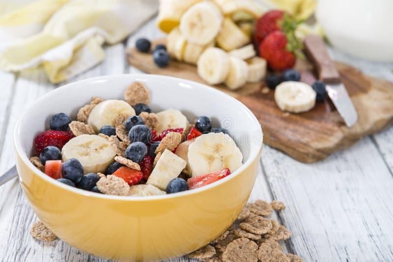 Porzione di fiocchi di granturco con la frutta fresca fotografie stock
