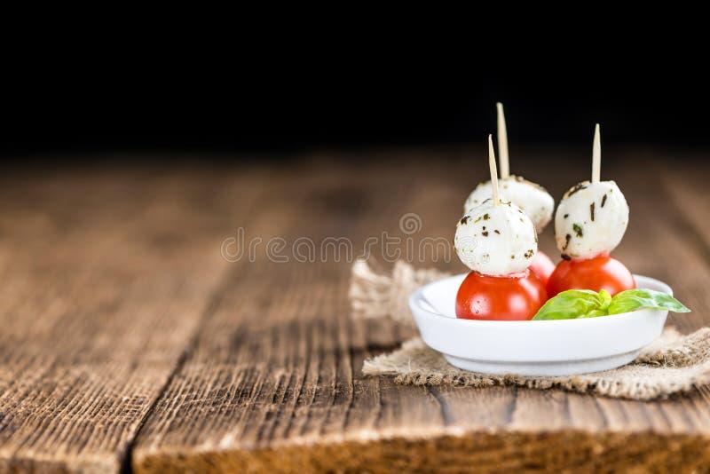 Porzione di mozzarella con i pomodori fotografie stock libere da diritti
