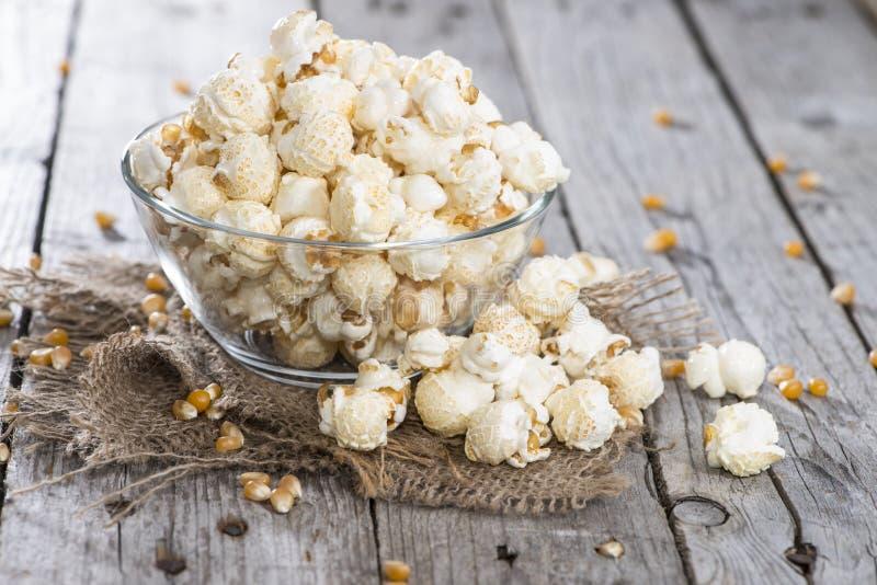 Porzione di popcorn fatto fresco fotografie stock libere da diritti
