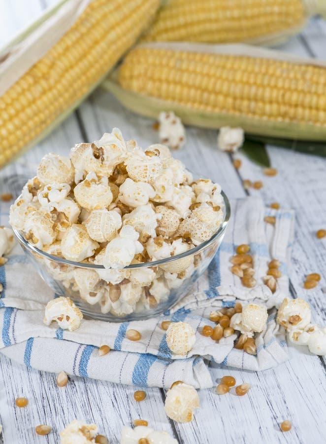 Porzione di popcorn fatto fresco fotografia stock