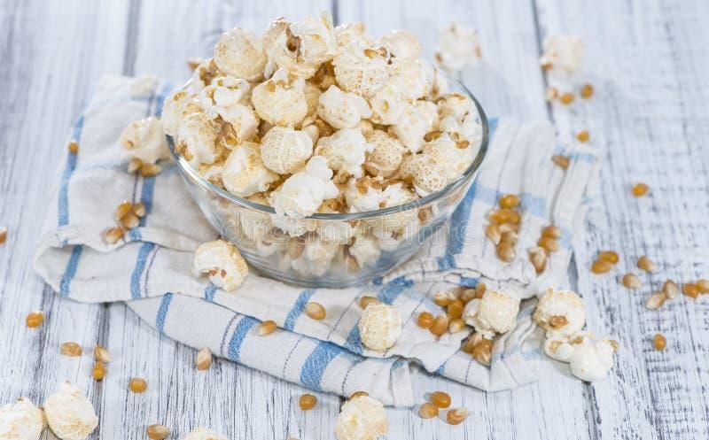 Porzione di popcorn fatto fresco fotografia stock libera da diritti
