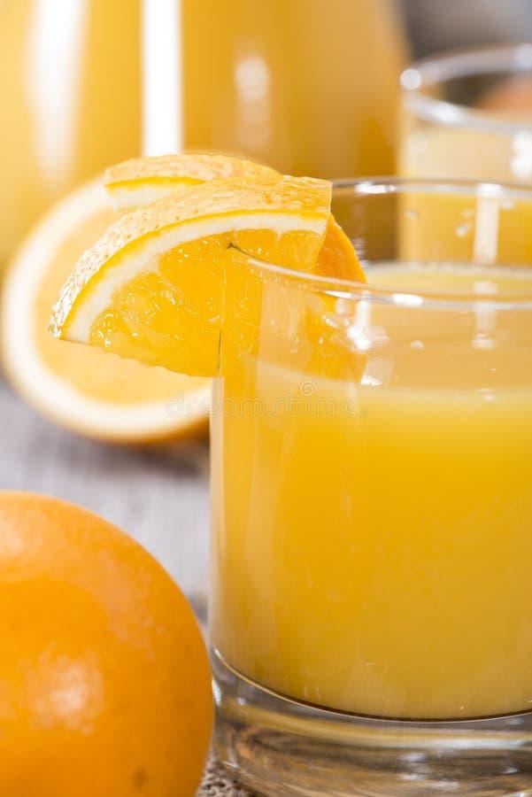 Porzione di succo d'arancia fatto fresco immagini stock