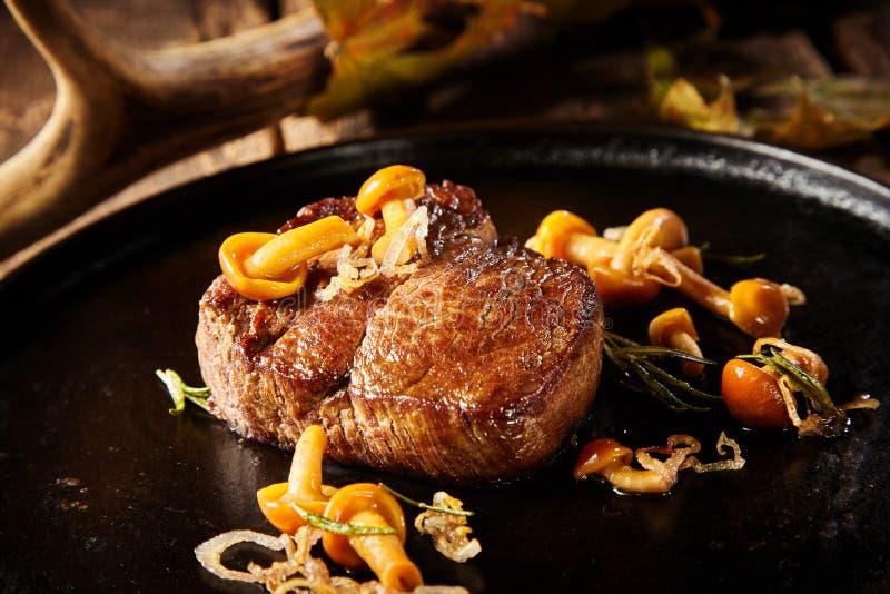 Porzione spessa di bistecca selvaggia arrostita della carne di cervo fotografie stock libere da diritti