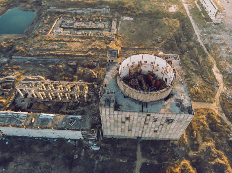 Porzucająca i rujnująca elektrownia jądrowa w Shelkino, Crimea Przemysłowa budowa z round wierza reaktor nuklearny obraz stock