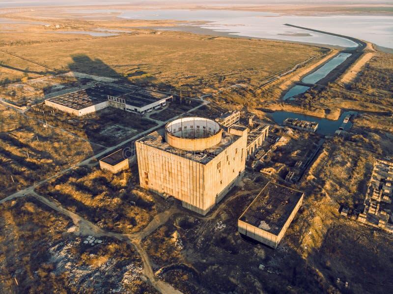 Porzucaj?ca i rujnuj?ca elektrownia j?drowa w Shelkino, Crimea Przemys?owa budowa z round wierza reaktor nuklearny obraz royalty free