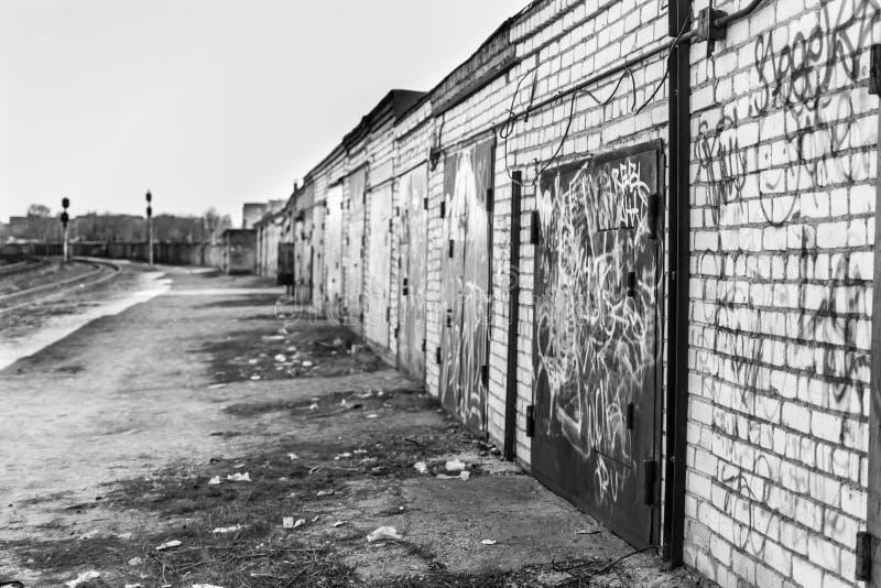 Porzuceni Przemysłowi garaże fotografia stock
