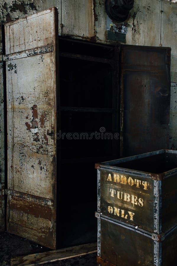 Porzucona fura i drzwi - Zaniechany Tekstylny młyn fotografia stock