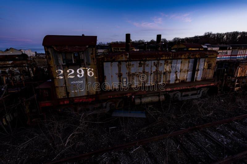 Porzucona lokomotywa przy zmierzchem - Zaniechani linia kolejowa pociągi zdjęcie royalty free