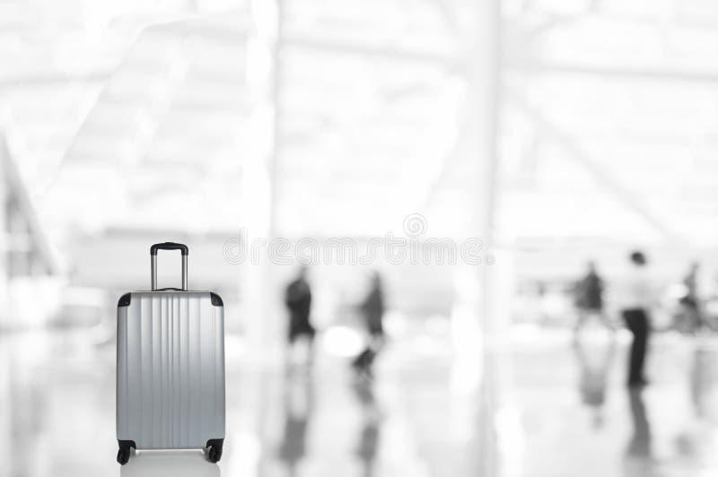 Porzucona torba z Zamazanymi podróżnikami w Lotniskowym Concourse obrazy royalty free
