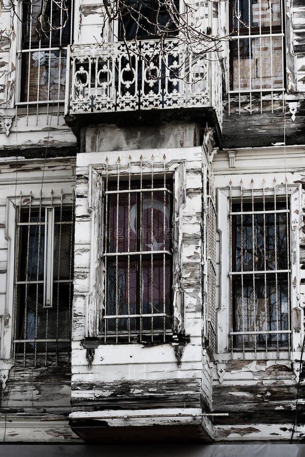 Porzucony budynek z turecczyzny flaga fotografia stock