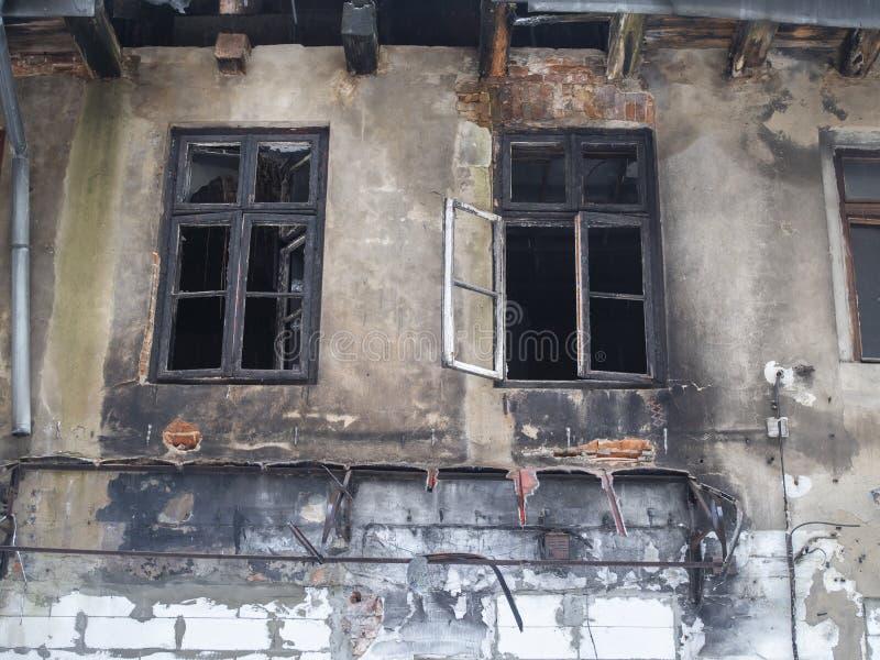 Porzucony dom po ogniu na zewnątrz zdjęcie royalty free