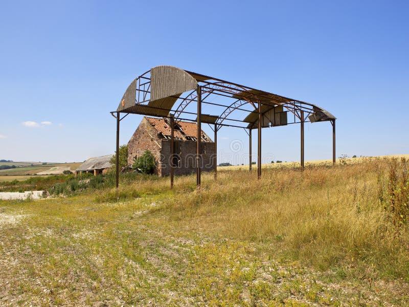 Porzucony dom wiejski i stajnia w lato krajobrazie fotografia royalty free
