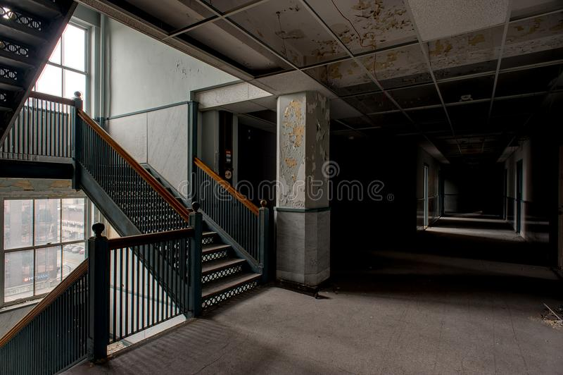 Porzucony korytarz & schody Youngstown, Ohio - Zaniechany Stambaugh budynek - obraz stock