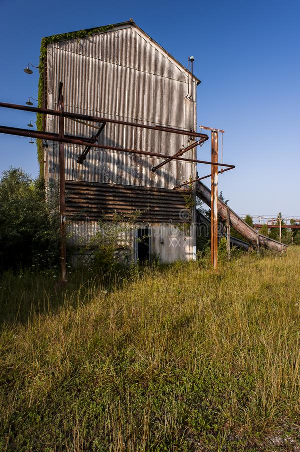 Porzucony mieszanka dom Indiana - Zaniechanego Indiana wojska Amunicyjna zajezdnia - fotografia stock