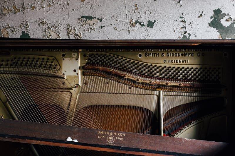Porzucony pianino Cleveland, Ohio - Zaniechanej Ashlar stróżówki Wolnomularska świątynia - fotografia stock