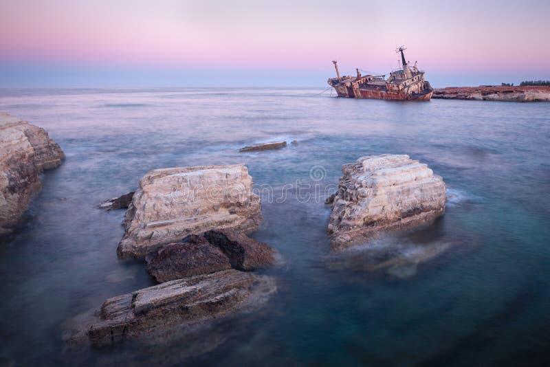 """Porzucony zardzewiaÅ'y statek Edro III w pobliżu Pegeia, Paphos, Cypr we wschodzie sÅ'oÅ""""ca zdjęcie stock"""